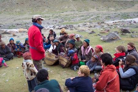 Rencontre entre touristes et villagois dans l'Himalaya copyright Rencontres au Bout du Monde